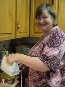 Liz en train de faire un produit a la base des plantes medicinales